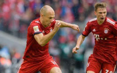 Arjen Robben (links) spielt neben Joshua Kimmich vom FC Bayern im Spiel gegen Hannover 96 am 4.5.2019