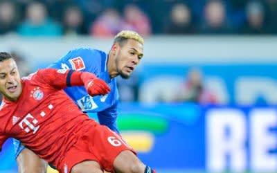 Münchens Thiago (vorne) und Hoffenheims Joelinton Cassio Apolinario de Lira im Zweikampf um den Ball.