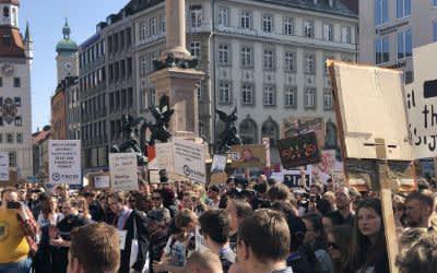 Zehntausende demonstrieren auf dem Münchener Marienplatz gegen die geplante EU-Urheberrechtsreform.