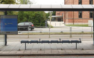 Eine Straßenbahnhaltestelle in München ist wegen des eingeschränkten Betriebs menschenleer.
