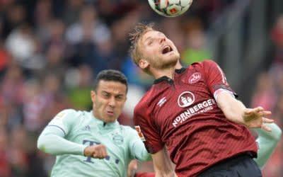 Nürnbergs Hanno Behrens (r) im Kopfballduell gegen Bayerns Thiago.