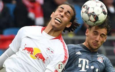 Leipzigs Yussuf Poulsen (l) im Kopfball-Duell mit Leon Goretzka vom FC Bayern.