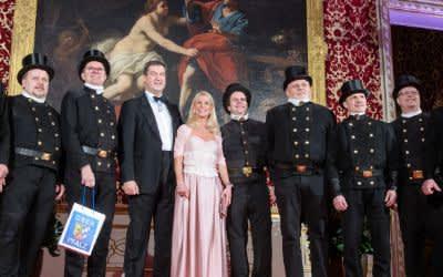 Markus Söder und seine Frau Karin Baumüller-Söder empfangen eine Gruppe von Schornsteinfegern auf dem Neujahrsempfang
