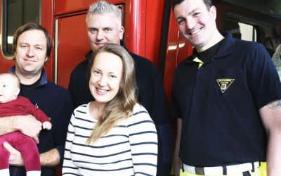 Baby Lisa besucht ihre Geburtshelfer von der Feuerwehr