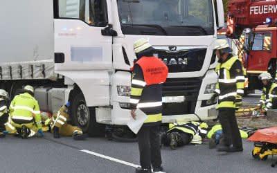 Feuerwehr rettet 11-jähriges Mädchen unter einem LKW