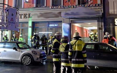 Feuerwehrleute vor Hotel in der Innenstadt.