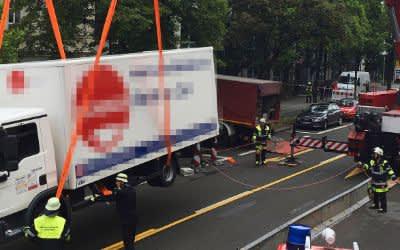 Die Feuerwehr mit Kran am Unfallort in Pasing.