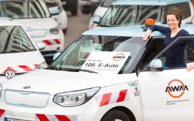Münchens Kommunalreferentin Kristina Frank mit einem AMW-E-Auto
