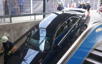 Auto im U-Bahnabgang Marienhof