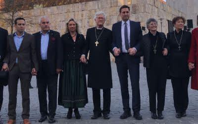 Menschenkette an der Synagoge Ohel Jakob