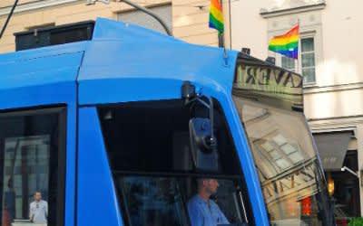 Regenbogenflaggen an einer Tram