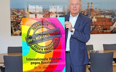 OB Dieter Reiter mit dem Plakat für die Internationalen Wochen gegen Rassismus 2019