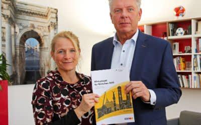 Sozialreferentin Schiwy und OB Reiter mit dem Münchner Mietspiegel 2019