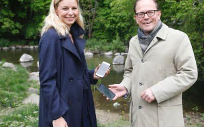 """Gesundheitsreferentin Stephanie Jacobs und Bürgermeister Manuel Pretzl präsentieren die App """"Würm entdecken"""""""