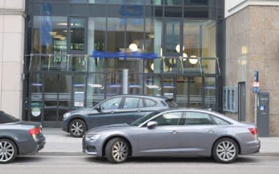 Zivile Polizeifahrzeuge vor der Bankfiliale.