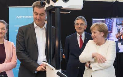 Die Bundeskanzlerin Angela Merkel beim Besuch des Lehrstuhl fuer Robotik und Systemintelligenz.