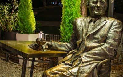Denkmal für Monaco Franze vor dem Café Münchner Freiheit