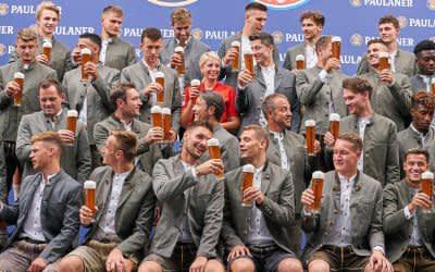 Bayern-Stars posieren in Tracht