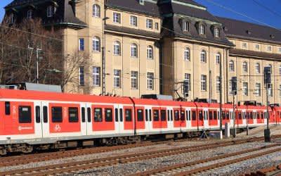 Eine S-Bahn fährt vor dem ehemaligen Bundesbahn-Zentralamt in der Arnulfstraße