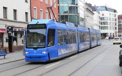 Tram 16 fährt durch die Müllerstraße