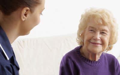 Pflegerin mit Seniorin.