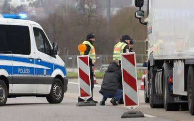 Polizeibeamte kontrollieren stichprobenartig den Grenzverkehr.