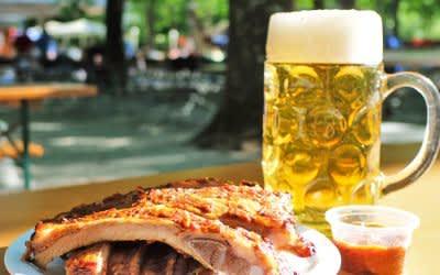 Spareribs und eine Maß im Biergarten