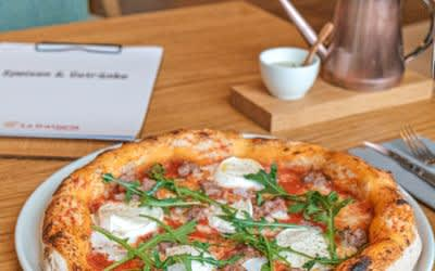 Die Pizza im Lokal La Trattoria