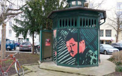 Rainer Werner Fassbinder ziert das umgestaltete Klohäuschen