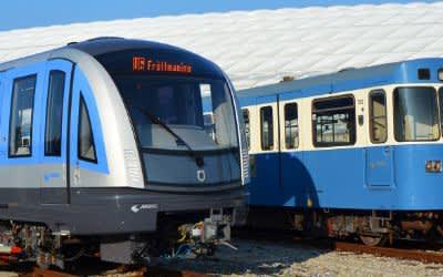 Neue U-Bahn vom Typ C2 und alte U-Bahn vom Typ A vor der Allianz Arena