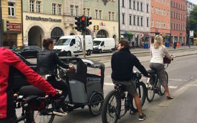 """Foto der Aktion """"temporärer Radweg"""" in der Zweibrückenstraße des ADFC"""