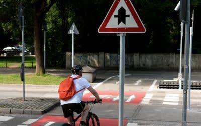 Radweg mit Vorfahrtsschild