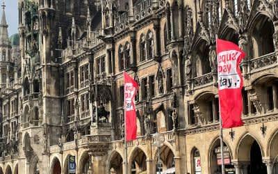 Equal Pay Day mit Flaggen am Münchner Marienplatz