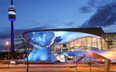 Der Olympiaturm blau-weiß angestrahlt am 200. Jubiläum der Griechischen Revolution am 25. März 2021