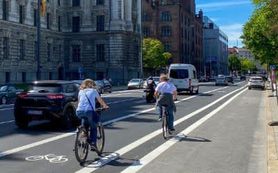 Der frisch markierte Radweg in der Elisenstraße im Mai 2021
