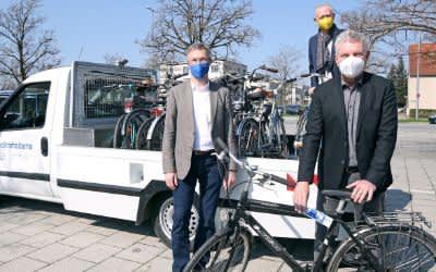 Oberbürgermeister Dieter Reiter (r.) mit Mobilitätsreferent Georg Dunkel (l.) und Wolfgang Großmann, Geschäftsführer der P+R  Park&Ride GmbH