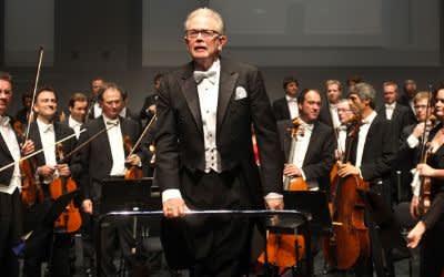 """Enoch zu Guttenberg dirigiert im Prinzregententheater in München das Orchester der Klangverwaltung. Gespielt wird die """"Unvollendete"""" Symphonie Nr. 8 h-moll von Franz Schubert."""