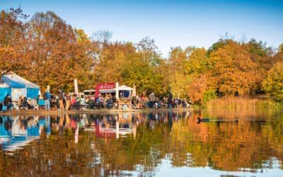 Das Café Gans am Wasser im Herbst