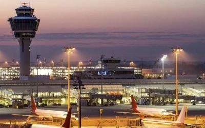 Der Flughafen München in der Abenddämmerung