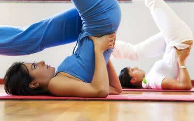 Zwei Yoga machende Frauen