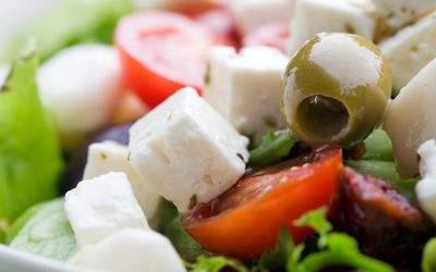 Griechischer Salat mit Schafskäse und Oliven