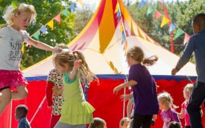 Kinder springen auf Trampolin beim Umsonst & Draußen (Archiv)