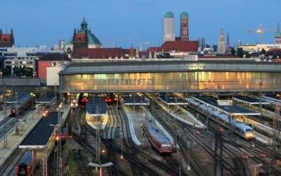 Abenddämmerung in München - Blick vom Zentralstellwerk auf den Hbf und die Stadt