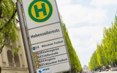 Schild für die Bushaltestelle Hohenzollernstraße