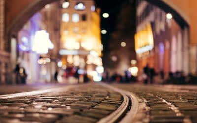 Tramgleise in der Münchner Innenstadt bei Nacht