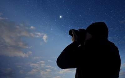 Mann beobachtet Sternenhimmel