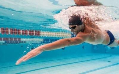 Schwimmer zieht Bahnen im Hallenbad