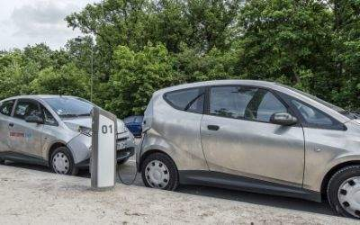 Elektromobile an Ladestation