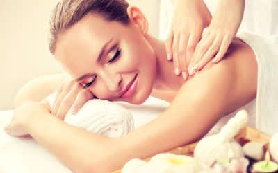Frau erhält Massage beim Wellness