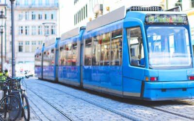 Nahaufnahme der Tram 19 in der Münchner Innenstadt